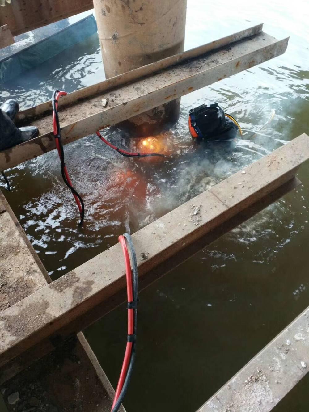 潜水员水下拆除